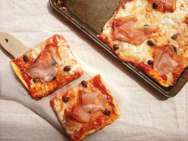 pizza speck, scamorza e olive taggiasche